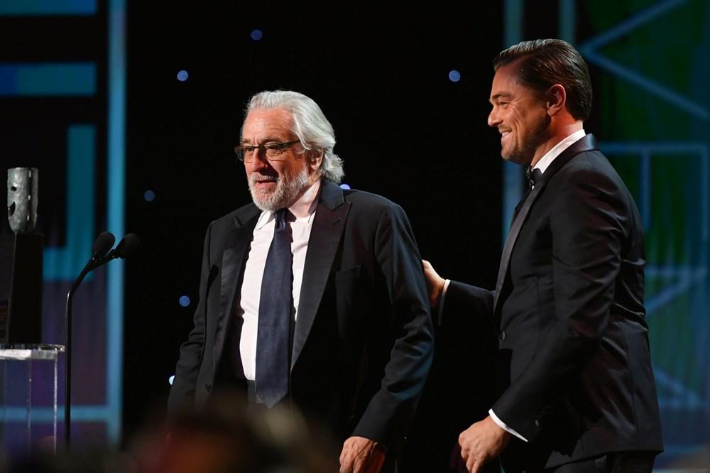 """KENDİNDEN ALINTI YAPTI 2020 SAG Ödülleri'nde Yaşam Boyu Başarı ödülü alan usta aktör Robert De Niro, ödülünü Leonardo DiCaprio'nun elinden aldıktan sonra ilginç bir konuşmaya imza attı. De Niro, """"Bazılarınızın politik konuşmamamızı istediğini tahmin edebiliyorum. Bir şey söylemek zorundayım. Geçenlerde Variety dergisine gayet iyi açıkladığımı düşünüyorum, dolayısıyla kendimden alıntı yapacağım"""" diyerek, söyleşisinden bir bölümü okudu."""