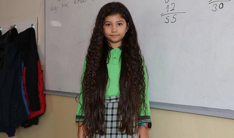 8 yaşındaki Zeynep uzattığı saçlarını LÖSEV'e bağışladı