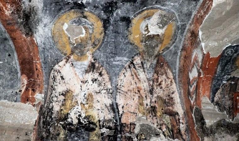 Tarihi kilisede utandıran görüntüler