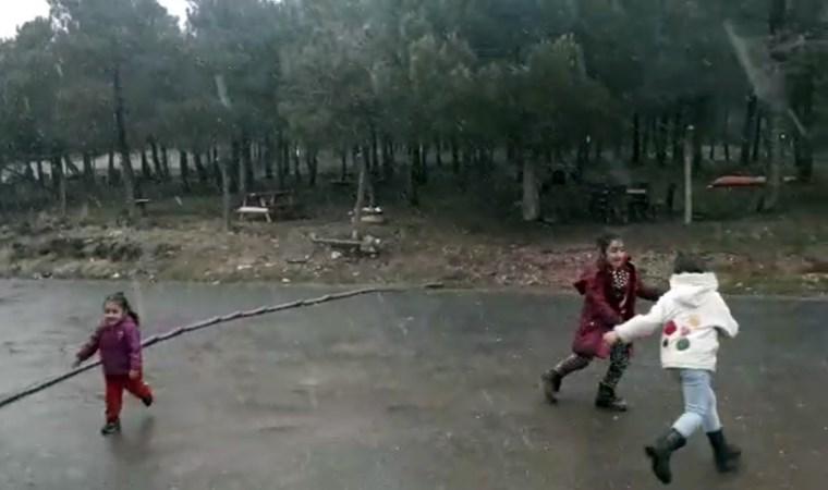 İstanbul'da çocukların kar sevinci kamerada