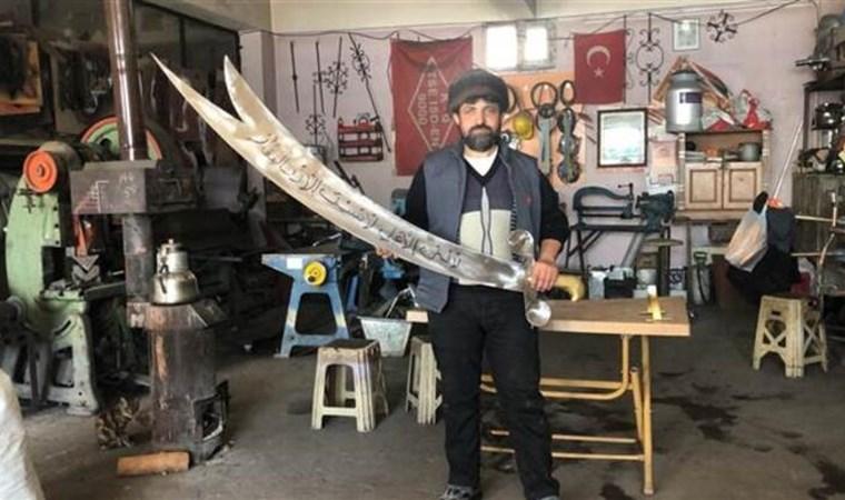 Demirci ustası, 'Zülfikar' kılıç yaptı