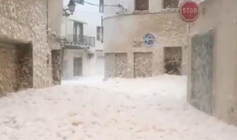 İspanya'da Girona bölgesini deniz köpüğü sardı!