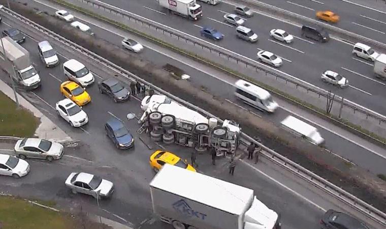 İstanbul'da beton mikseri otomobilin üzerine devrildi!