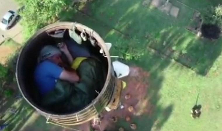 25 metre yükseklikte fıçıda yaşıyor