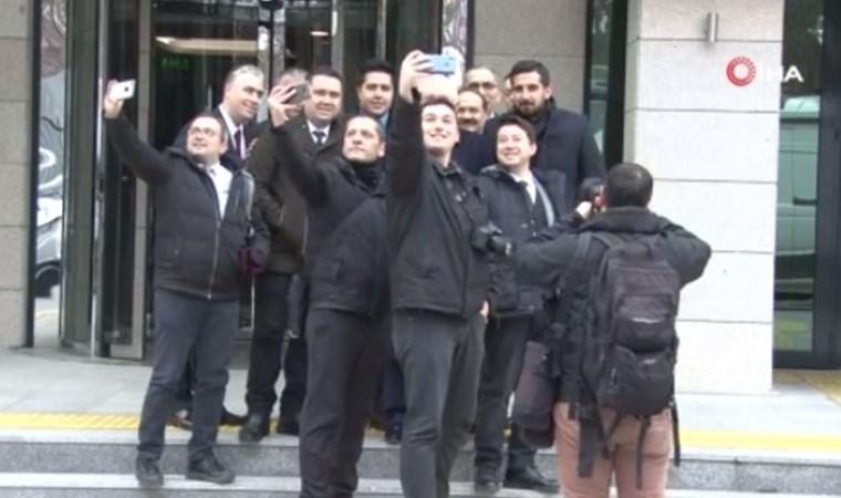 Sadi Güven gazetecilerle birlikte selfie çektirdi