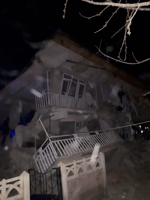 Birçok yapının yıkıldığı görülüyor.