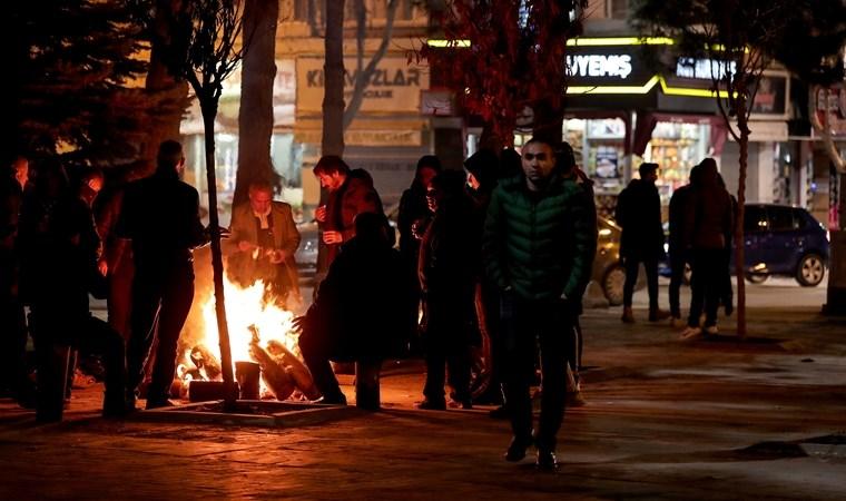 Elazığlılar 2.geceyi de sokakta ve spor salonlarında geçirdi