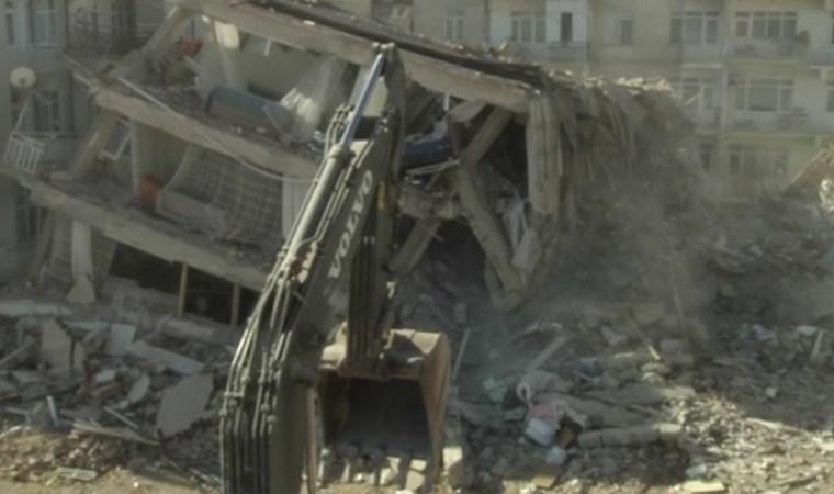 Kayma yaşanan bina kontrollü olarak yıkıldı