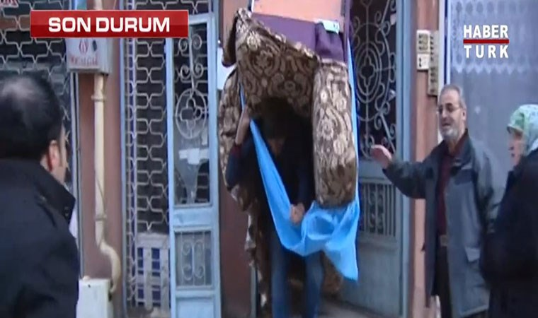 Tehlikeye rağmen hasarlı binalara girip eşya taşıdılar