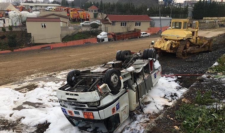 Ümraniye'de akaryakıt tankeri devrildi