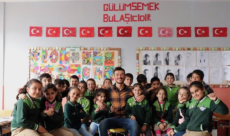 Sınıf duvarına yazdı, tüm Türkiye'ye yayıldı: Gülümsemek bulaşıcıdır