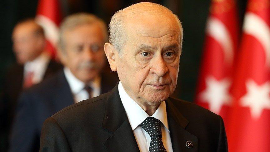 """<p><strong>MEHMET ALİ KULAT</strong></p><p>Mehmet Ali Kulat, Cumhur İttifakı'nın, muhalefetin elindeki en önemli argümanı alabilmek adına çok zaman geçirmeden büyük ihtimalle güçlendirilmiş parlamenter sistemi boşluğa düşürecek bir hamle yapmasını bekliyor.</p><p>Öngörüleri şöyle: """"Doğrudan parlamenter sisteme geçme gibi değil ama başbakanlık benzeri yeni bir yapılanmayı gündeme getirebilirler. Her konuda olduğu gibi bu konuda da ilk çıkışı Devlet Bahçeli yapar. Toplum biraz tartıştıktan sonra hükümet buna sahip çıkar.</p><p>Birkaç ay içerisinde parlamenter sistemi konuşacağız. Ancak burada önemli bir nokta var. Cumhurbaşkanlığı Hükümet Sistemi'ne referandum sonucunda geçtik. Önümüzdeki günlerde yeniden referandumda gidilip gidilmeyeceğini zaman gösterecek.""""</p>"""