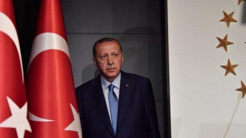 """<p><strong>KEMAL ÖZKİRAZ</strong></p><p>Avrasya Araştırma'nın Başkanı Kemal Özkiraz'a göre 2021 kışı, hem halk hem de hükümet için çok çetin geçecek.</p><p>Çetin geçen bir kıştan sonra hiçbir hükümetin kendi isteğiyle seçime gitmeyeceğini savunan Özkiraz, şunları kaydetti: """"Erken seçim ancak AKP'nin yahut Cumhur İttifakı'nın dağılması ile mümkün olabilir.</p><p>Bu ise en baştan söylediğim kış koşullarının sertliğine bağlıdır. AKP ve ittifaktan kopuş olması için milletvekillerinin artık seçim kazanılamayacağına kesin olarak kani olmalarına bağlı olacaktır. Yani 2021 yılında Erdoğan'ın isteğiyle bir erken seçime gideceğimizi öngörmüyorum.""""</p>"""