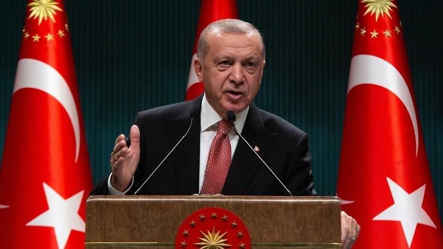 <p><strong>AKP'de artık uyum kalmadı</strong></p><p>AKP lideri ve Cumhurbaşkanı Recep Tayyip Erdoğan'a, partisinin içinde bağlılık devam etse de bakanlar arasında bazı çekişmeler söz konusu. Kendi aralarında eski uyumları yok. Hatta AKP'ye yakın olan gazetecilerde bile sitem söz konusu. CHP'de de aynı durum geçerli. Ancak şu an iç siyaset ile kimse ilgilenmiyor. Dış politikada sorun var ve gündemi yeterince meşgul ediyor. Bu gidiş belki 1 ay daha sürebilir.</p>