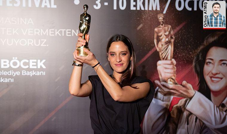 İlk filmi 'Hayaletler' ile büyük ödüller kazanan Azra Deniz Okyay başarı hikâyesini anlattı