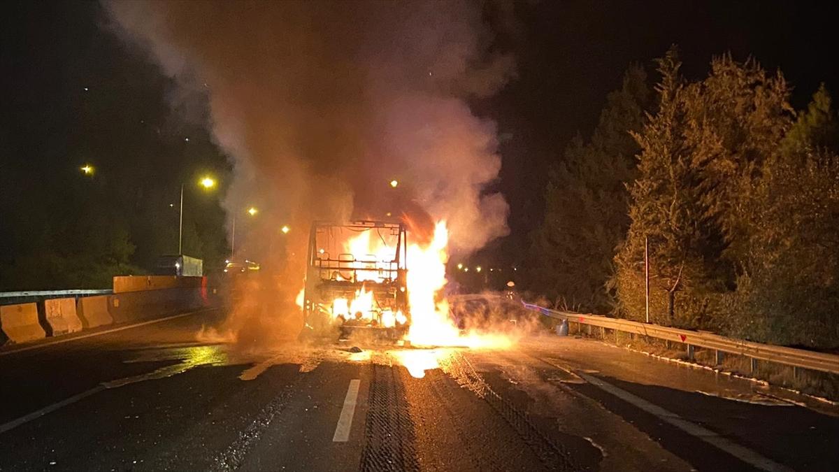 Adana'da seyir halindeki yolcu otobüsü yandı