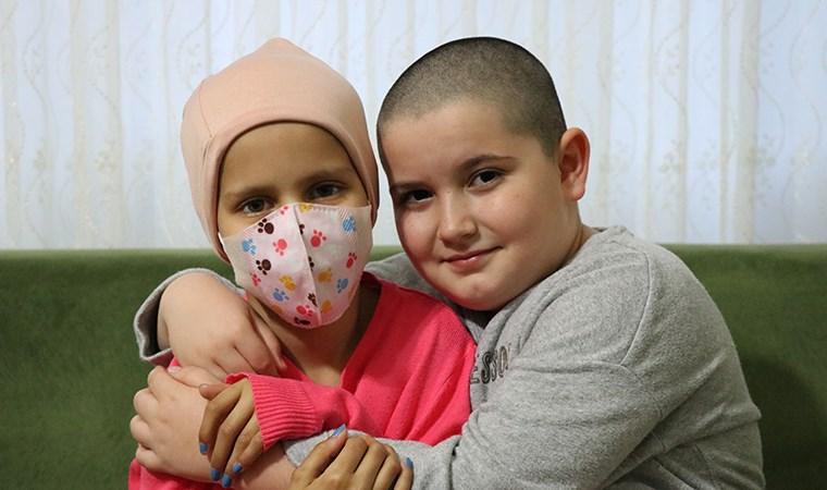 Kanser olan arkadaşına destek için saçını kesti