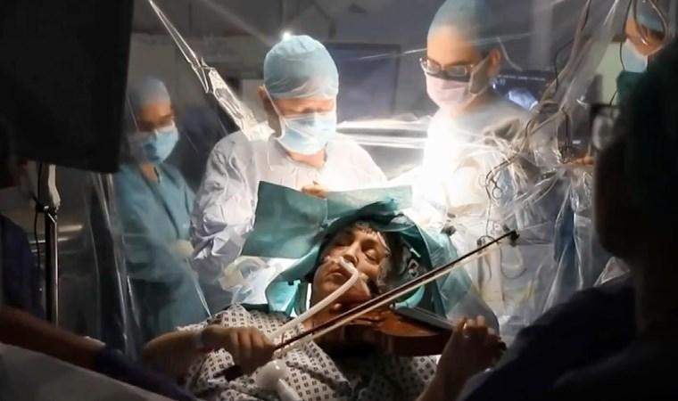 Açık beyin ameliyatı sırasında keman çaldı