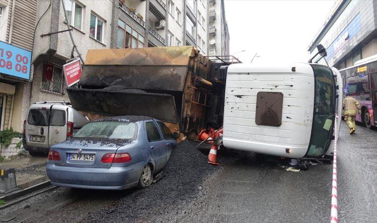 Asfalt dökme aracı park halindeki 2 aracın üzerine devrildi