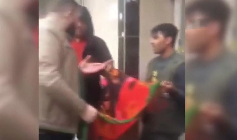 Afgan gencin boynuna sardığı bayrağı zorla çıkardı