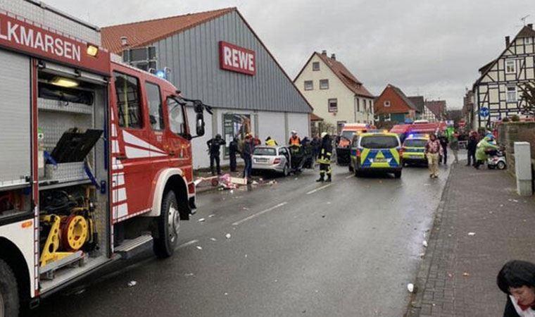 Almanya'da araç karnavala daldı: Çok sayıda yaralı!