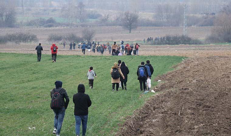 Göçmenler sınıra yürüyor