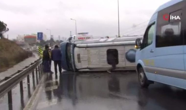 E-5 karayolunda yolcu minibüsü devrildi
