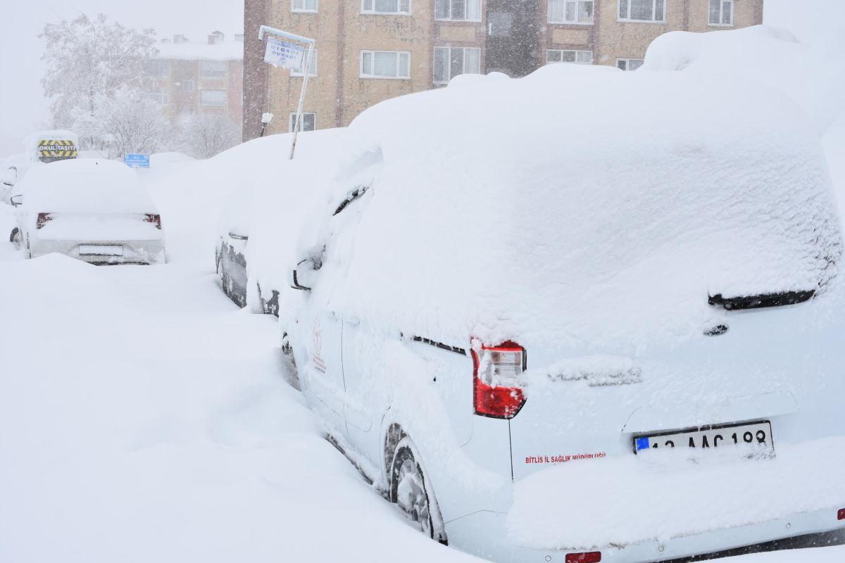 Bitlis ve ilçelerinde etkili olan kar yağışı, hayatı olumsuz etkiliyor. Kent merkezinde 1 metre 70 santimetreyi bulan kar, yüksek kesimlerde ise 2 metreyi aştı.
