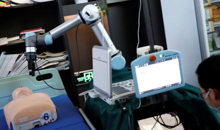Çin'de salgınlara karşı doktorların hayatını koruyacak uzaktan müdahale robotu geliştirildi