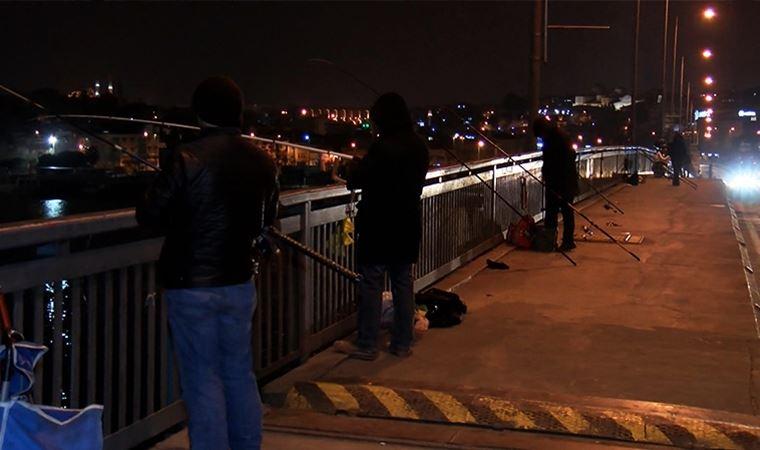 Galata Köprüsü'nde balık tutmayı sürdürdüler