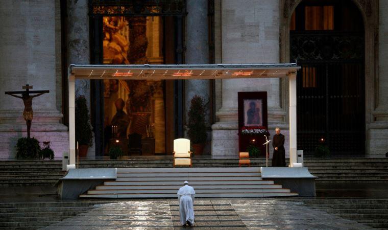 Papa yağmur altında dua etti