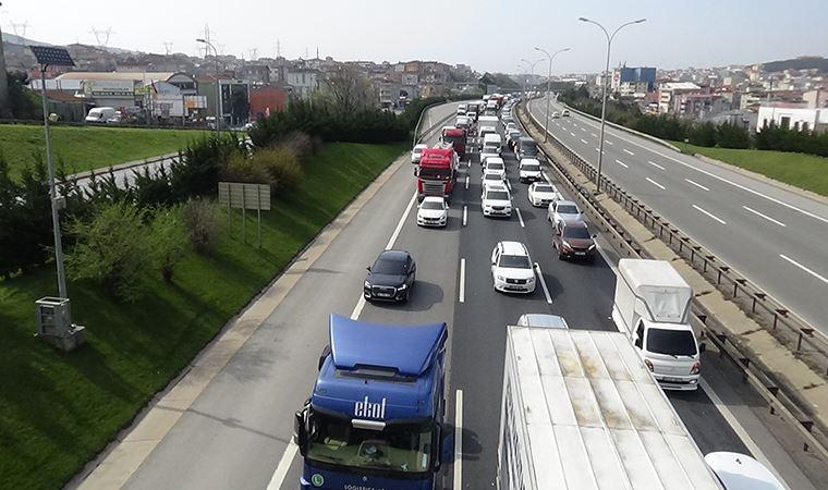 İstanbul'un giriş ve çıkışlarında araç kuyruğu oluştu