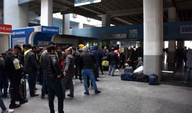 İzmir otobüs terminalinde izin kuyruğu kalabalığı