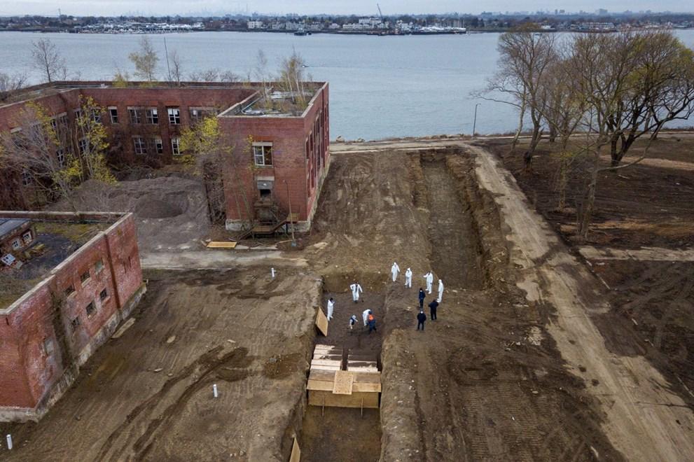 New Yorklu yetkililer şimdiye kadar sahipsiz cenazelerin Hart Island'a gömüldüğü yönündeki haberler karşısında sessizliğini koruyordu. Ancak her gün yüzlerce kişinin salgın nedeniyle yaşamını yitirmesi sonrası kentteki mezarların ve morgların yetersizliği, yetkilileri böyle bir yöntem almaya itti.