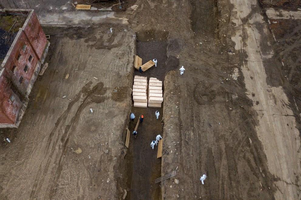 Uydu görüntüleri ve drone ile çekilen fotoğraflarda cenazelerin feribotla adaya taşındığı ve toplu olarak gömüldüğü görülüyor.