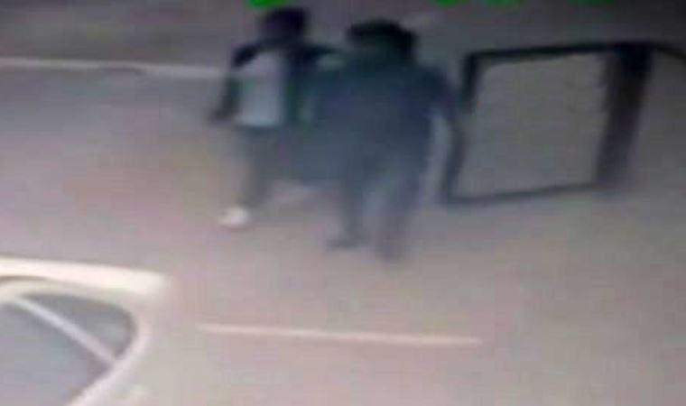 El ele tutuşarak hırsızlık yapan sevgililer kamerada