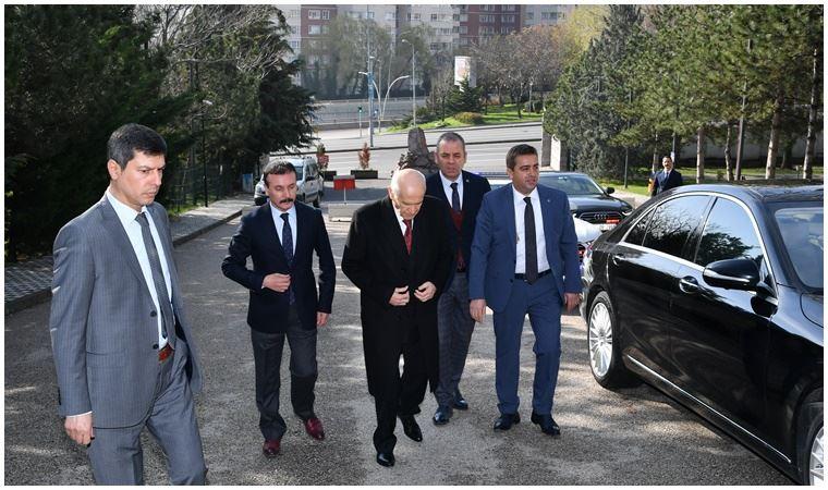 Devlet Bahçeli Türkeş'in mezarını ziyaret ederken koronavirüs önlemi almadı