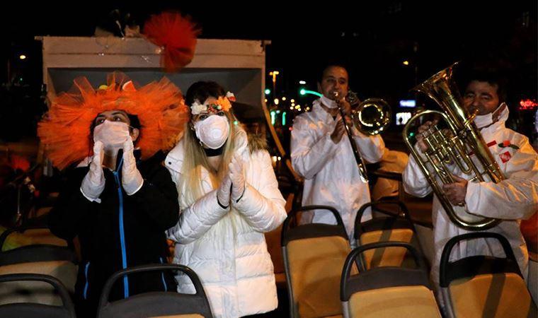 Adanalılar karnavalı balkonlarda kutladı