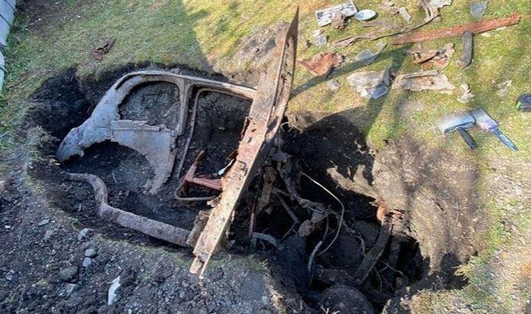Evde kaldı, bahçede 1950'lerden kalma gömülü araba buldu