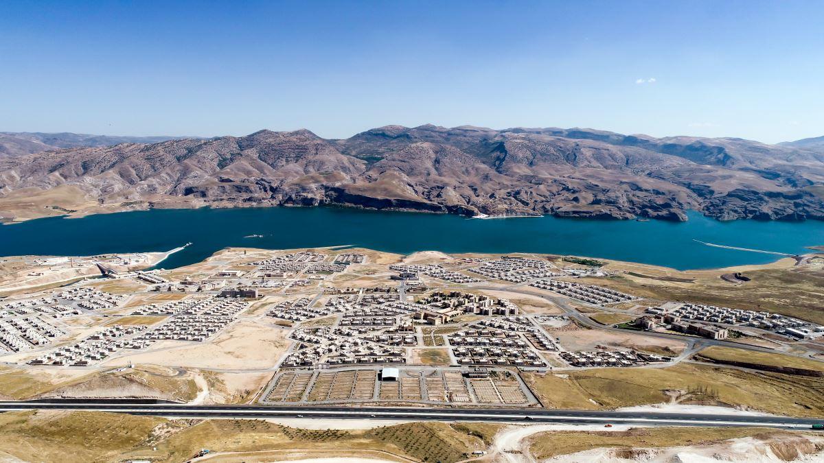<p>Anadolu Ajansı 12 bin yıllık tarihe sahip Hasankeyf'in Ilısu Barajı nedeniyle sular altında bırakmasının ardından yeni haline ilişkin fotoğrafların yer aldığı bir haber servis etti.<br></p>