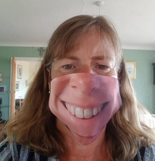 <p>Koruyucu maske üreticileri, müşterilerinden yüzlerinin fotoğraflarını alarak bir baskı makinesiyle bu fotoğrafları maskeye bastırıyor.<br></p>