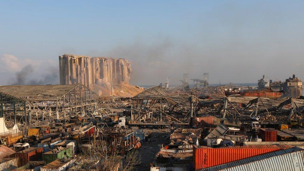 <p>AFP</p><p>Patlamanın olduğu bölge tamamen harabeye döndü</p><p>Lübnan'ın başkentindeki büyük patlamanın geride bıraktığı kaos ve yıkım fotoğraflara böyle yansıdı.</p><p>Lübnan'ın başkenti Beyrut, onlarca insanın hayatına kaybetmesine, binlerce insanın yaralanmasına ve şehirdeki geniş bir alanda yıkıma yol açan korkunç patlamanın dehşetini yaşıyor.</p><p>Patlamanın yüzlerce kilometre ötedeki Kıbrıs'tan hissedildiğine dair haberler var.</p><p>Yetkililer patlamaya limanda 6 yıldır depolanan binlerce tonluk amonyum nitratın yol açtığını söylüyor.</p><p>Amonyum nitratı neyin tetiklediği henüz belli değil.</p>