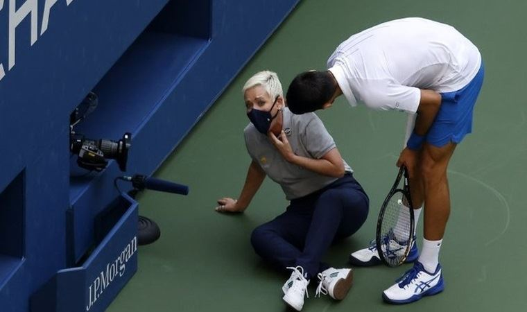 Novak Djokovic Is Disqualified From The Us Open After The Ball Hits The Referee