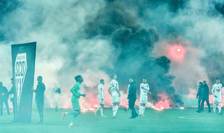 Fransa'da meşaleler yüzünden maç geç başlatıldı