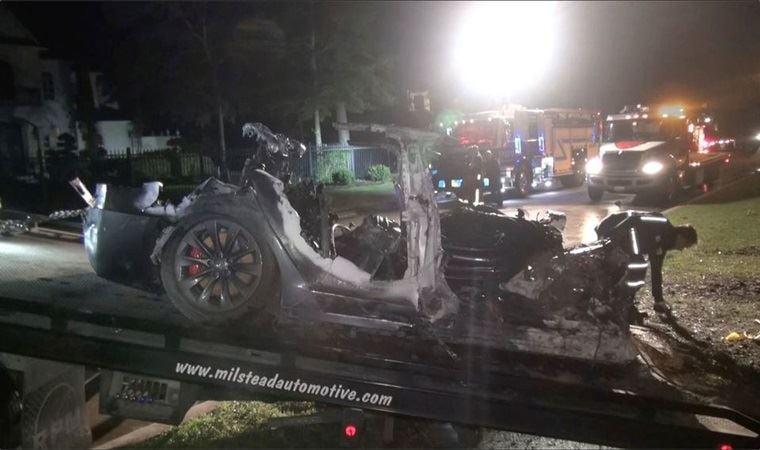 Sürücüsüz Tesla kaza yaptı