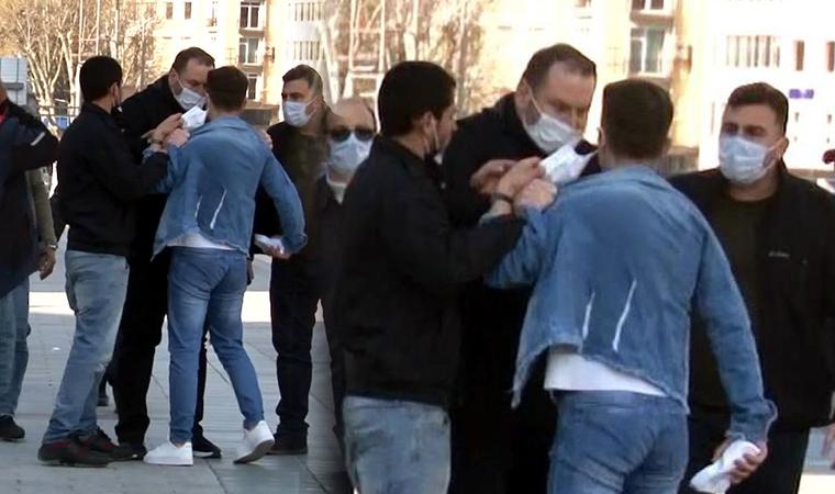 Taksim'de zabıtadan seyyar satıcıya tokat