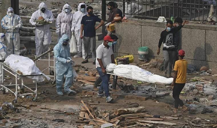 Covid-19'dan ölenlerin cansız bedenleri Ganj Nehri'ne vu