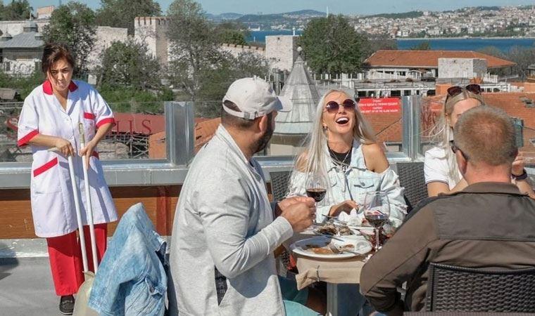 'Turistlere hizmet eden personel' fotoğrafına sert tepki