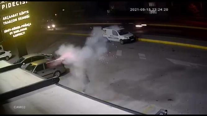 <p>Olay, dün saat 23.00 sıralarında Karamürsel'de D-130 yolu kenarında bulunan restoranın önünde meydana geldi. Beşiktaş'ın şampiyon olmasının ardından bir taraftar, şampiyonluğu kutlamak için havai fişek patlatmak istedi.&nbsp;<br></p>