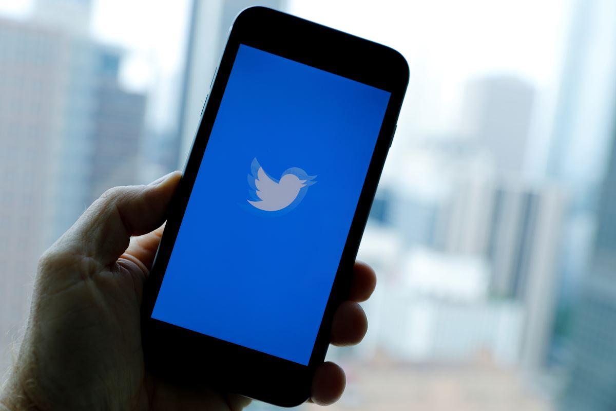 <p>Twitter yıllar sonra yeniden açtığı hesap doğrulama başvurularını, bir hafta topladığı formların ardından inceleme yapabilmek için durdurdu.</p><p>Twitter sadece 8 gün açık tuttuğu hesap doğrulama başvurularının incelenerek yeniden açılacağını ifade etti. Twitter'da mavi tık almak isteyenler 2017'den beri bu formun açılmasını bekliyordu.</p><p>The Next Web'de yer alan bilgilere göre doğrulama altı ayrı kategoride yapılacak.</p>